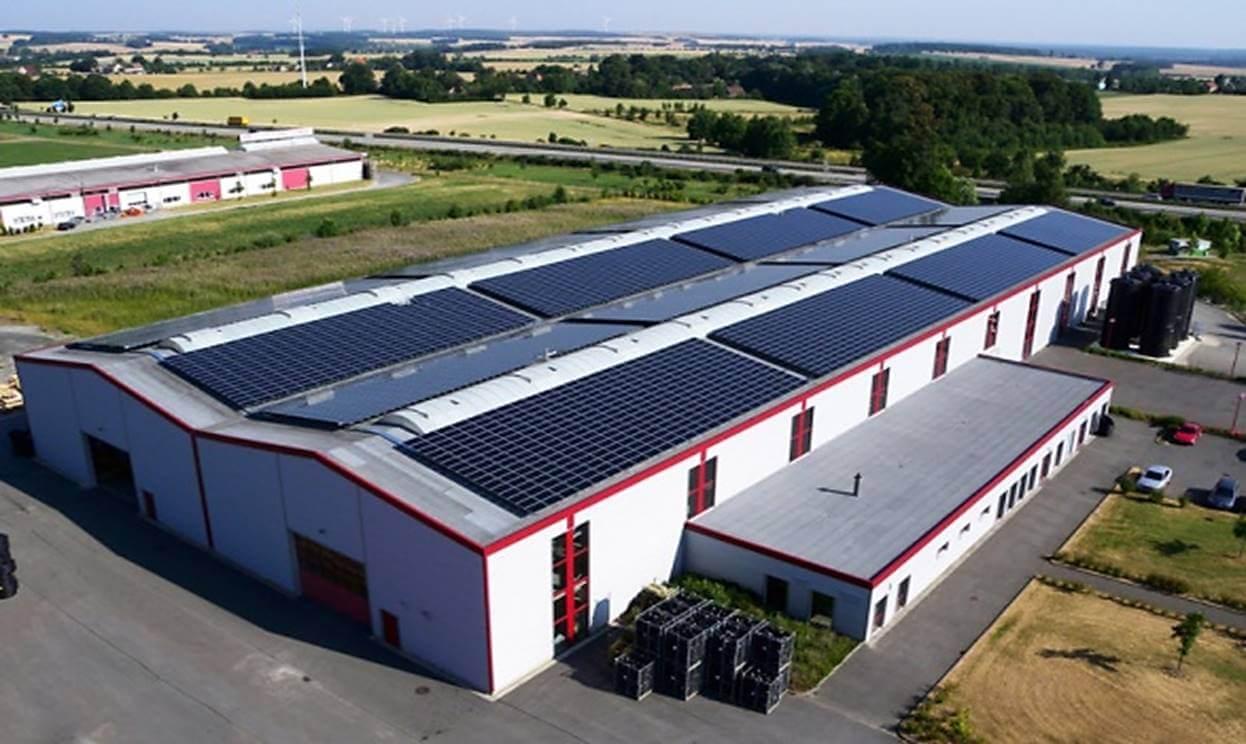 empresa-usando-painel-fotovoltaico